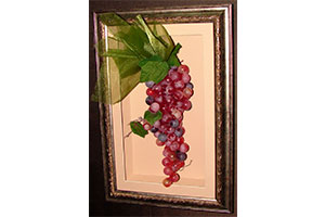 Гроздь винограда в каркасном паспарту и раме